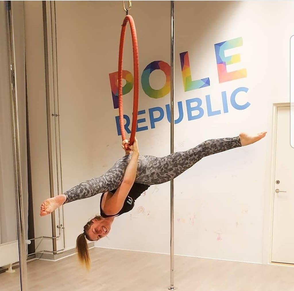 aerial hoop girl in split