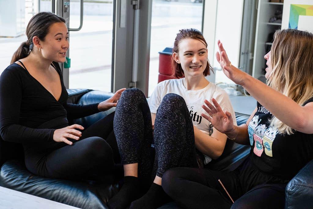 Girls hanging out in Piger hygger sig i polestudie